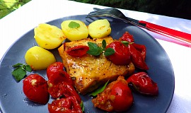 Pečené rybí filé na rajčatech a oreganu