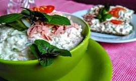 Salát z natural tofu, gorgonzoly a camembertu s okurkou a jogurtem