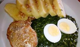 Špenát s bramborovým knedlíkem na šťávě z masa