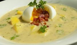 Cuketová polévka s vejcem a slaninou