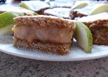 Hruškový hrnečkový koláč s pudinkovou náplní