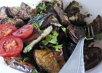 Salát z grilovaného lilku a petržele