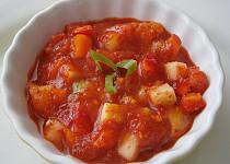 Sladký zeleninový koktejl (salát) s kousky paprik, rajčat a okurek