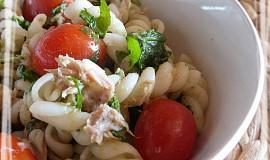 Těstovinový salát s tuňákem, rukolou a rajčaty
