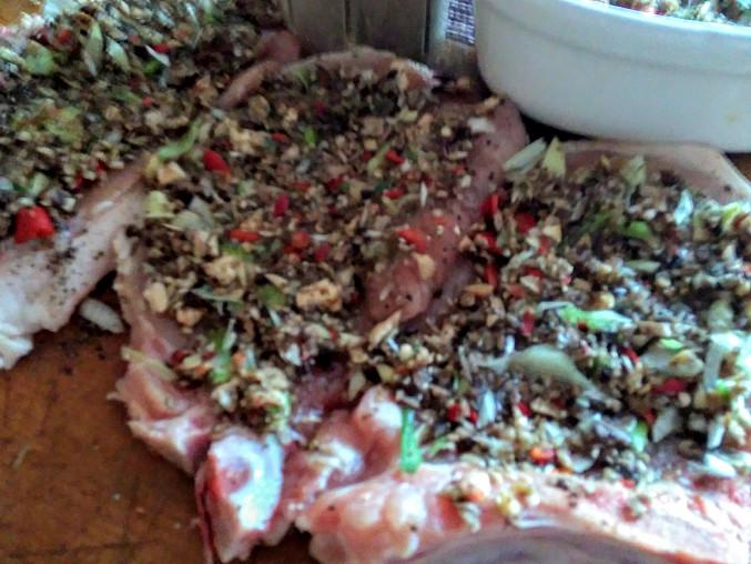 Vepřové kotlety pečené na barevném nasekaném mixu ze žampionů, paprik a chilli papričky