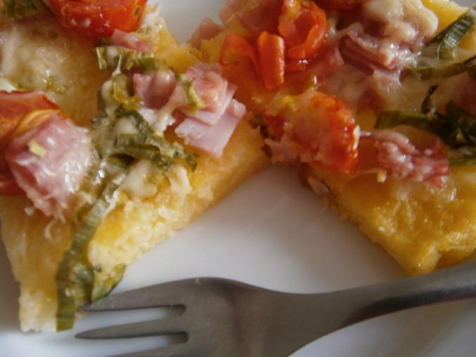 Zapečená polenta, Zapečená polenta s rajčaty, pórkem a bezlep. šunkou, zasypané sýrem