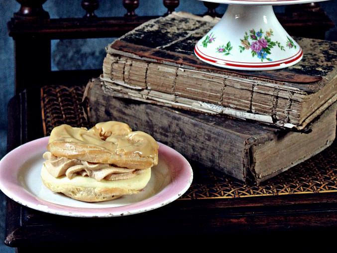 Karamelové větrníky (a žloutkové věnečky) z cukrárny