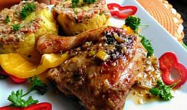 Kuřecí stehna, pečená na cibuli s česnekem a majoránkou