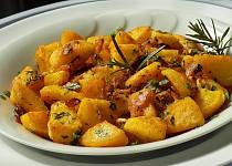 Pečené rozmarýnové brambory s česnekem a slaninou trochu jinak