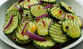 Pikantní okurkový salát