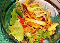 Salát z čínskeho zelí se sojovou zálivkou a bramborovou slámou