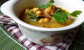 Houbová polévka s cizrnou a kadeřávkem