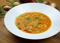 Polévka z červené čočky a cibule