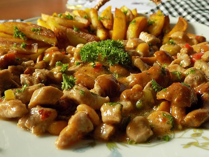 Vepřové nudličky s nakládanými houbami a arašídy