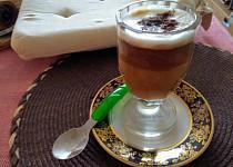 Káva Latté z granulovaného lecitinu, šlehaného mléka, rumu,skořice a Nescafé classic kávy