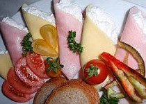 Křenové kornoutky (rolky) se sýrem a šunkou