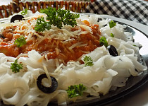 Rýžové nudle s rajčatovo-tuňákovou omáčkou