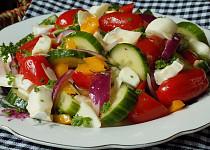 Zeleninový salát se dvěma druhy sýru
