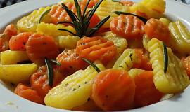 Brambory s mrkví, dušené na másle a rozmarýnu