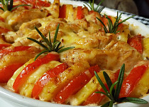 Kuřecí řízečky zapečené s rajčaty a bramborami