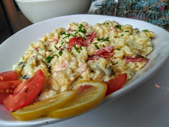 Lahůdkový bramborový salát s jogurtem, rajčaty a olivovým olejem
