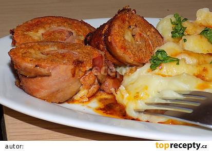 Pečená rolka ze slaniny, sýra a mletého masa