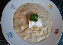 Bramborovo-kedlubnová polévka se zakysanou smetanou