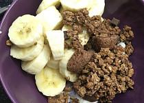 Snídaně z tvarohu, banánů, müsli a lískooříškového krému