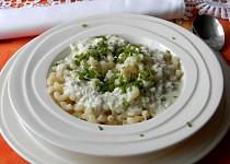 Těstoviny s nivovou omáčkou a pažitkou