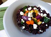 Černá rýže s pečenou zeleninou a kozím sýrem