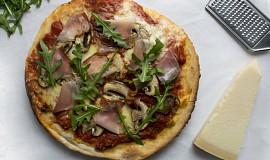 Pizza s parmskou šunkou a žampiony