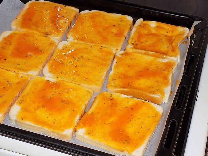 Fofr pizza z toustového chleba, Potřeme vaječno - kečupovou směsí