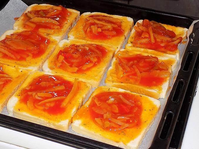 Fofr pizza z toustového chleba, přidáme lečo
