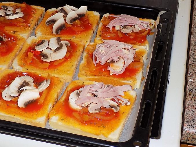 Fofr pizza z toustového chleba, přidáme žampiony a šunku