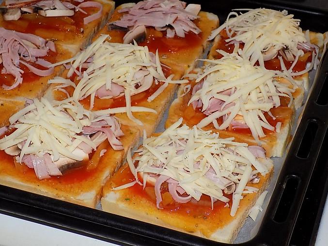 Fofr pizza z toustového chleba, posypeme sýrem