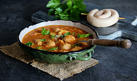 Kapustová polévka s knedlíčky z vinné klobásy
