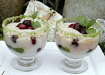 Krupicový pohár s višněmi a mátou