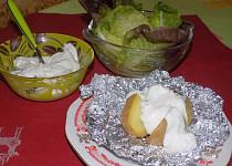 Pečená brambora s bylinkovým tvarohem a salátem