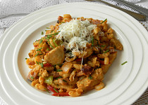 Těstoviny s kuřecím masem na kari
