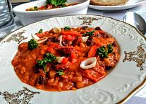 Dvoubarevný fazolový mix s klobásou, rajčaty a paprikami