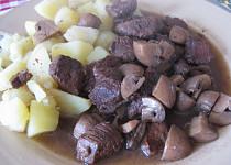 Hovězí kousky pečené s česnekem a žampiony