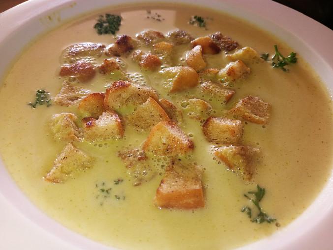 Hrášková polévka s houstičkami
