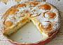 Meruňkový koláč s mandlemi a tvarohem