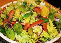 Salát z kuřecích řízků s pomeranči a červenou cibulkou