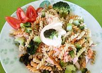 Těstovinový salát s lososem, brokolicí a dipem