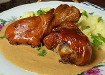 Uzené kuřecí paličky, pečené na cibuli