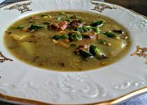 Zimní polévka s čočkou, kapustou, mrkví a houbami