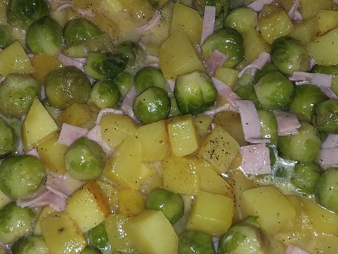 Zapečené kapustičky s brambory, šunkou a sýrem