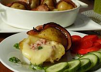 Brambory pečené ve slanině, plněné sýrem