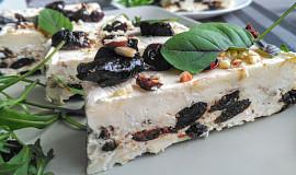 Sýrová terina s ořechy a švestkami